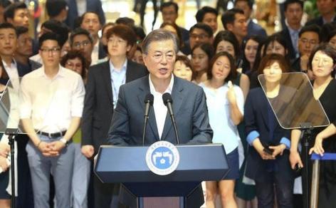 문재인 대통령이 작년 8월 9일 서울성모병원에서 건강보험 보장강화 정책 발표를 하고 있다. /연합뉴스