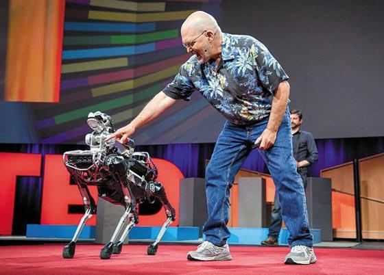 미국 로봇업체 보스턴 다이내믹스의 창업자 마크 레이바트가 지난해 캐나다 벤쿠버에서 열린 지식 강연 테드(TED)에서 애완용 로봇'스팟 미니'를 선보이고 있다.