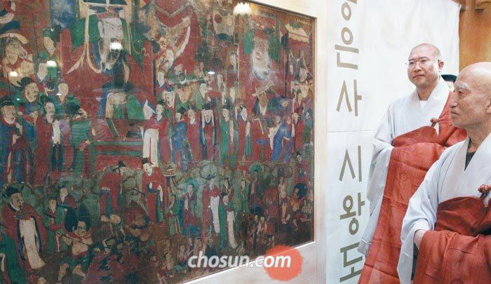 16일'봉은사 시왕도'를 보고 있는 설정 스님.