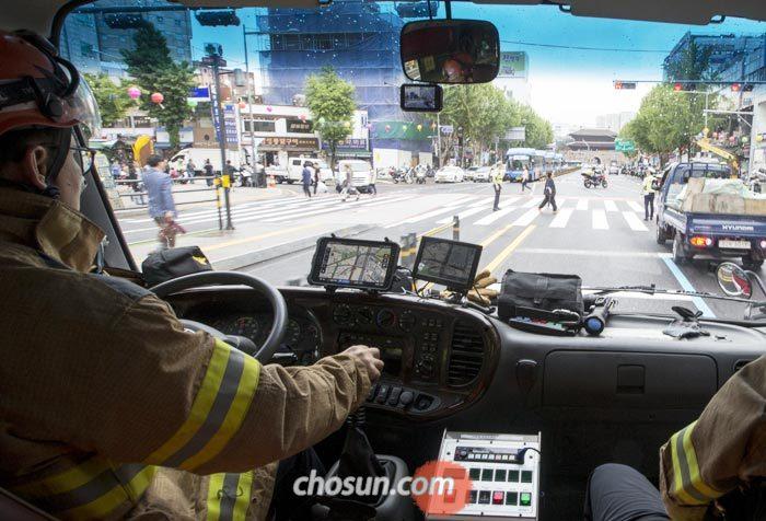 16일 오후 서울 종로 사거리를 지나던 소방차가 사이렌 소리에도 아랑곳없이 횡단보도를 건너는 시민들 때문에 멈춰 서고 있다.