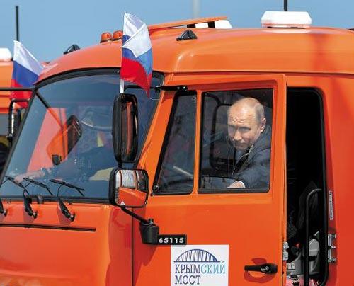 블라디미르 푸틴 러시아 대통령이 15일(현지 시각) 러시아 남서부 크라스노다르주와 크림반도를 잇는 크림대교 개통식에서 직접 트럭을 몰고 다리를 건너기 위해 운전석에 타고 있다.