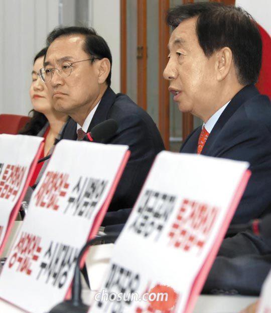 김성태(오른쪽) 자유한국당 원내대표가 16일 국회에서 기자 간담회를 갖고 있다.