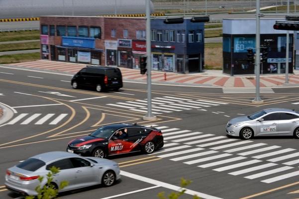 자율주행 센서 테스트를 위해 서산주행시험장에 조성된 가상도시에서 엠빌리의 자율주행기술 시연이 진행되고 있다./현대모비스 제공