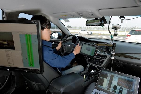 현대모비스 서산주행시험장에서 연구원이 자율주행차에 탑재되는 레이더의 성능 시험을 진행하고 있다./현대모비스 제공