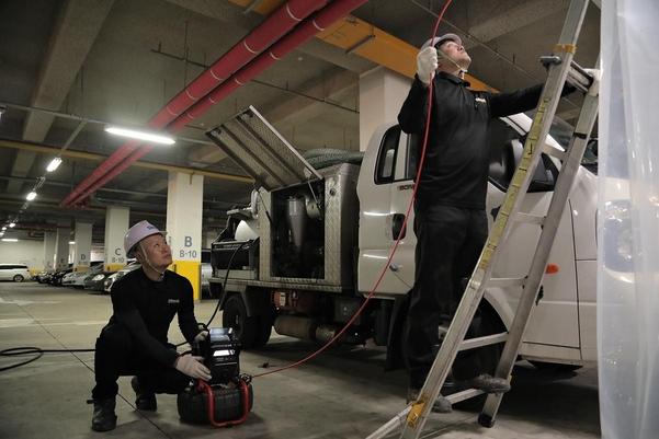 크리니트 직원들이 내시경을 이용해 배관청소를 하고 있다. /크리니트 제공