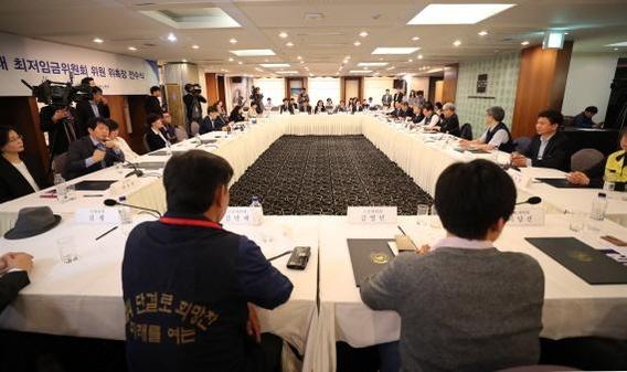 2019년도 최저임금을 결정하는 최저임금위원회 회의가 17일 서울 태평로 프레스센터에서 처음 열렸다. /연합뉴스