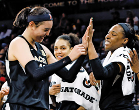 WNBA(미여자프로농구) 라스베이거스 에이시스에서 훈련 중인 박지수(맨 왼쪽)가 동료들과 하이파이브를 하는 모습.