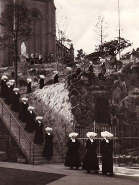 1962년 첫 서원을 마친 수녀들이 명동성당 계단을 내려오는 사진.