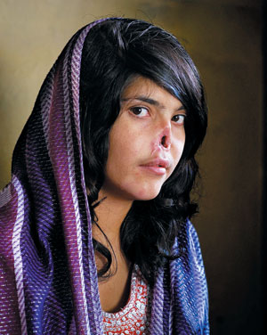 2011년 세계보도사진전 대상 수상작인 아프가니스탄 여성 사진./