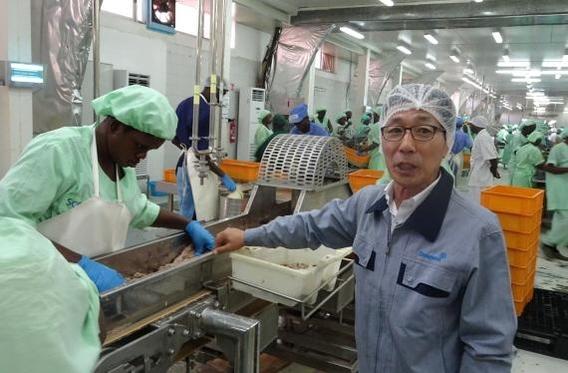 이종오 스카사 대표(맨 앞줄 오른쪽에서 첫 번째)가 참치 파우치 생산 공정을 설명하고 있다./조귀동 기자