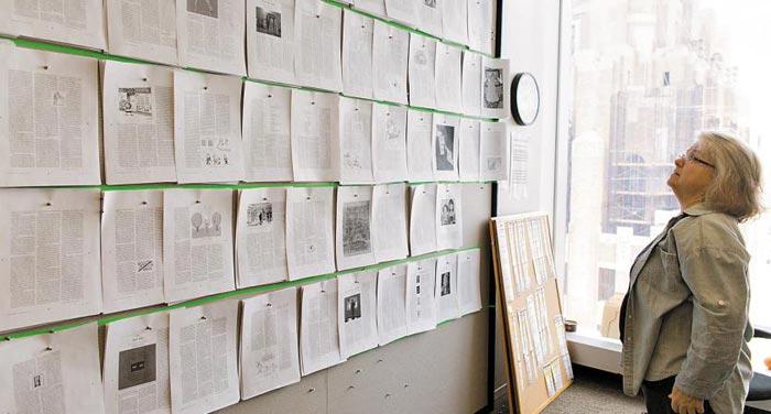 벽에 붙어 있는 교정지를 보고 있는 '뉴요커' 책임 교열자 메리 노리스.