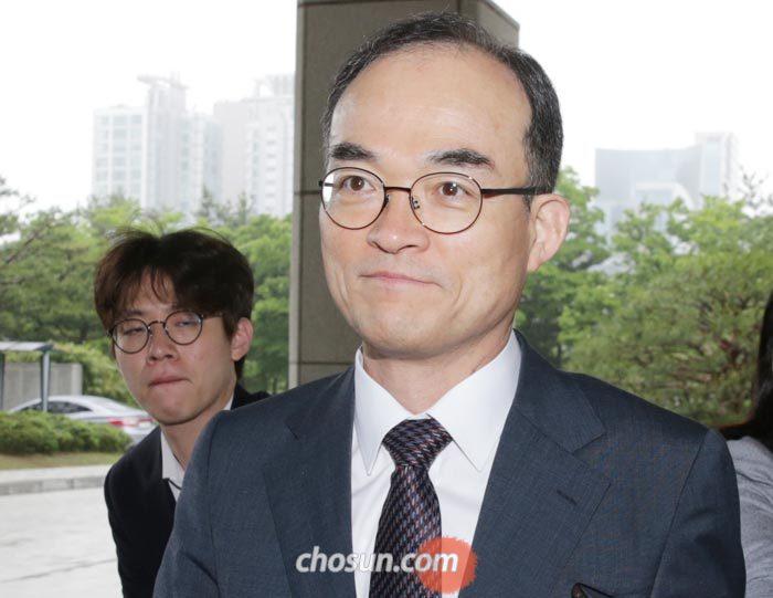 문무일 검찰총장이 18일 오전 서울 서초동 대검찰청으로 출근하고 있다.