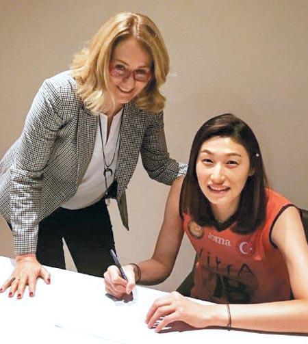 김연경(오른쪽)이 19일 수원의 한 호텔에서 엑자시바시 국제 업무 담당 매니저와 계약서에 사인한 뒤 포즈를 취하는 장면.