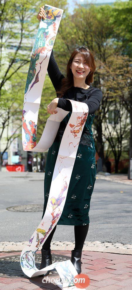 '나무, 춤춘다'를 길게 펼친 배유정.