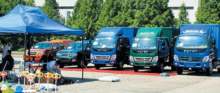 평양 국제상품 전람회 전시장의 야외 코너에 중국 자동차 회사 포톤에서 제작한 트럭 3대가 나란히 서 있다.
