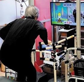 스크린 보며 스쿼트 - 노인 재활 훈련을 시키는 일본의 한 '데이서비스 센터'에서 한 노인이 스쿼트 게임 스크린을 보며 근육 운동을 하고 있다.