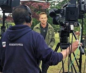 윌 리플리 CNN 기자가 22일 북한 원산의 갈마초대소 정원에서 AP통신의 카메라로 현지 생방송을 하고 있다.