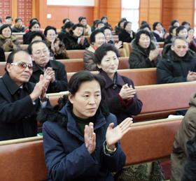 """평양 봉수교회 예배 모습. 태영호씨는 """"처음엔 강제로 출석하던 사람들이 시간이 지나면서 진짜 신앙을 갖게 됐다""""고 말했다."""