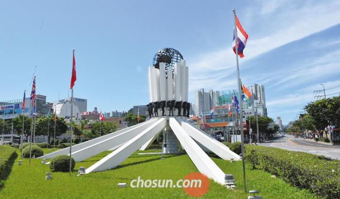 부산 남구 대연동 유엔기념공원 인근에 들어선 유엔기념탑 전경.