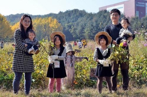 지난해 10월 샘표 유기농 콩농장에서 열린 가을걷이 행사에 참여한 가족. /샘표 제공