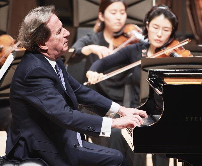지난 26일 오후 경남 통영국제음악당 콘서트홀에서 루돌프 부흐빈더가 TIMF 앙상블과 함께 베토벤 피아노 협주곡을 연주하고 있다.