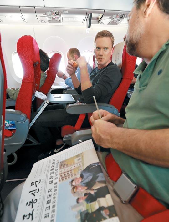 CNN의 윌 리플리(가운데) 기자등 외신 기자단이 26일 오후 원산 갈마공항에서 베이징으로 향하는 고려항공 전세기에 탑승해 있다.