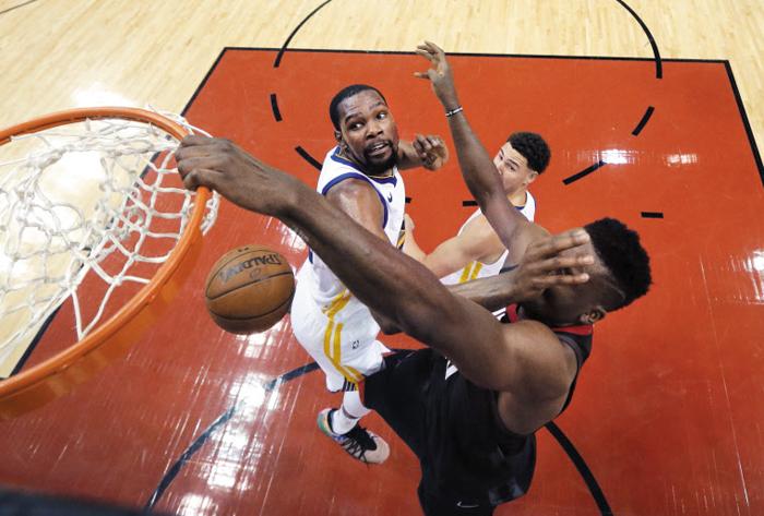 눈 가리지 말란 말이야 - 한 남자는 림, 또 다른 남자는 얼굴에 '덩크'를 꽂았다. 29일 열린 NBA 서부 콘퍼런스 결승 7차전에서 휴스턴 로키츠의 클린트 카펠라(오른쪽)가 덩크슛을 시도했다. 손으로 얼굴을 막는 케빈 듀랜트(왼쪽)의 반칙성 플레이에도 슛을 성공시켰다.