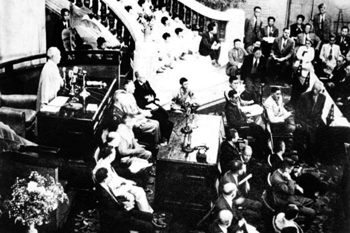 1948년 5월 31일 제헌국회 개원식에서 의장으로 선출된 이승만이 연설하고 있다.