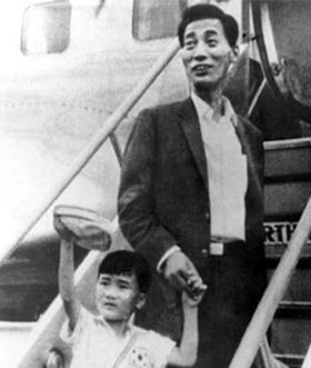 숙부인 고(故) 조남철 9단과 일본 유학을 떠나는 여섯 살의 조치훈.