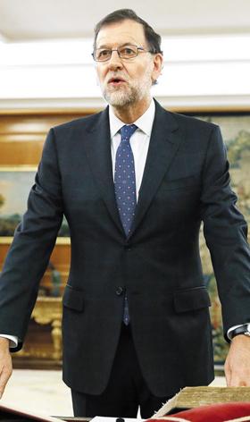 마리아노 라호이(63) 스페인 총리가 여당 간부들의 부패 스캔들로 총리직에서 불명예 퇴진했다. 사진은 라호이 전 총리가 지난 2016년 총리 취임식에서 선서하는 모습.