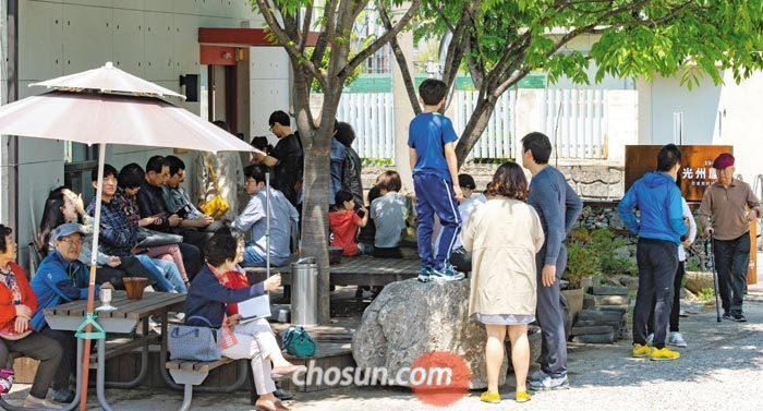 간 세고 향 짙은 남도 음식과 정반대인 평양냉면을 먹기 위해 광주 한 평양냉면집 앞에서 사람들이 순서를 기다리는 모습.