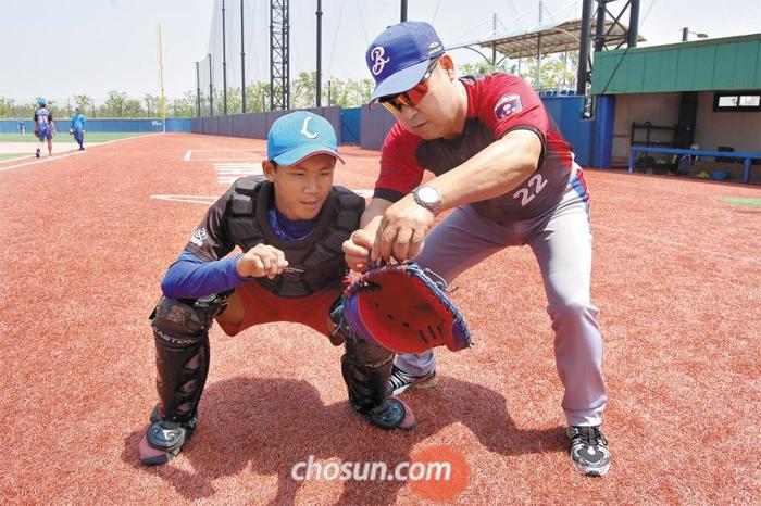 이만수(오른쪽) 전 SK 감독이 라오스 포수를 지도하는 모습.