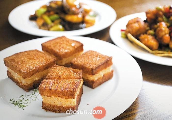 '맛이차이나'의 대표 메뉴 멘보샤. 각 잡힌 외형에서 요리사의 성격이 드러나고, 고르게 색이 난 식빵과 도톰한 새우 소에서 맛의 내공이 느껴진다. 김종연 영상미디어 기자