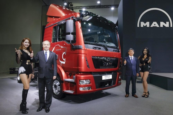 만트럭버스코리아 막스 버거 사장(왼쪽에서 두번째)과 만트럭버스코리아 심재호 트럭 영업 제품 부사장(왼쪽에서 세번째)이 2018 부산프리미엄 중소형 트럭 TGL을 배경으로 기념촬영하고 있다./만트럭버스코리아 제공