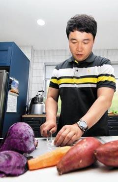 지난 5일'에코맘의 산골이유식'오천호 대표가 직원 구내식당에서 이유식 재료를 손질하고 있다