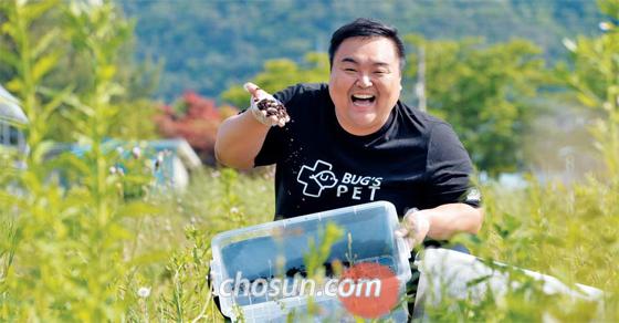 """내사랑 굼벵이, 영양도 만점이죠 청년 사업가 김우성(33)씨가 자신이 키우는 굼벵이를 사육용 플라스틱 상자에서 꺼내 들어 보이고 있다. 김씨는 굼벵이를 이용한 애견 간식 제조회사 '벅스펫' 대표다. 그는 휴대폰 대리점 사업이 망해 생활고에 시달리던 중 식용 곤충 시장에 눈을 뜨고 충북 보은군으로 귀농해 굼벵이 사육을 시작했다. 김씨는 """"식용 곤충이 생소하긴 해도 블루오션 시장이 될 수 있을 것 같다""""고 말했다."""