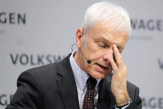 지난 3월 마티아스 뮐러 전 폴크스바겐그룹 회장이 베를린 미디어 행사에서 질문에 답변하고 있다. 뮐러 회장은 독일 검찰의 디젤게이트 수사가 본격화한 지난 4월 전격 경질돼 '꼬리 자르기' 의혹이 일고 있다.