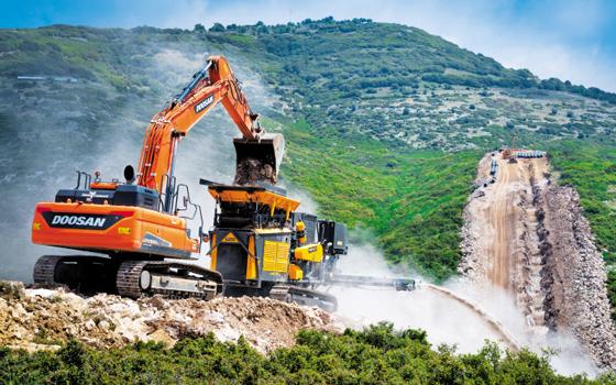 글로벌 건설 시장 호황으로 세계 각지에서 건설 장비 수요가 늘어나면서 올해 국산 건설기계 수출이 크게 증가했다. 사진은 그리스 상수도 공사 현장에 투입된 두산인프라코어의 굴착기 모습.