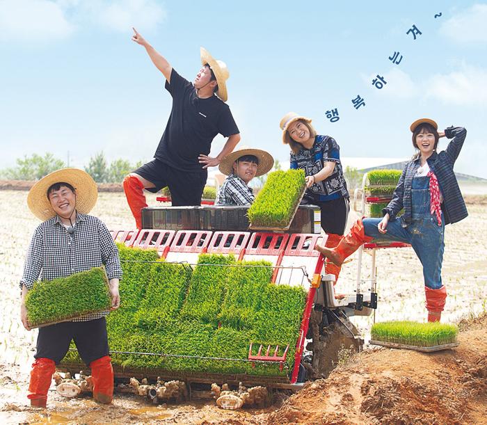 이달 25일 첫 방송 되는 tvN 농촌 예능 '풀 뜯어먹는 소리'. 중학생 농부 한태웅(가운데)군이 연예인 이진호, 정형돈, 김숙, 송하윤과 함께 농사를 짓는 프로다.