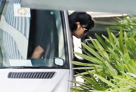 현송월 북한 삼지연관현악단장이 11일 차에서 내려 숙소인 세인트레지스 호텔로 들어서고 있다.