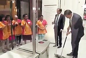 마르크 뤼터(맨 오른쪽) 네덜란드 총리가 정부 청사 안에서 자신이 쏟은 커피를 대걸레로 직접 닦는 모습. 이를 본 청소부들이 손뼉을 치고 있다.