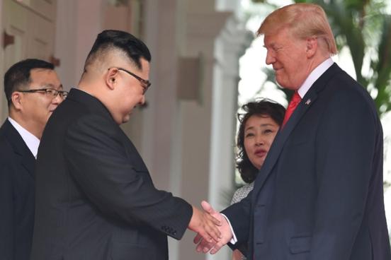 12일 싱가포르에 열린 김정은 북한 국무위원장(왼쪽)과 도널드 트럼프 미국 대통령 간 사상 첫 미북 정상회담에서 양 정상이 악수를 하고 있다/연합뉴스