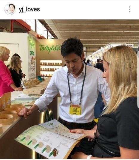 지난달 29일부터 이틀간 네덜란드 암스테르담에서 열린 국제 PL 박람회에서 해외 PL 제품을 살펴보는 정용진 신세계그룹 부회장. /정용진 부회장 인스타그램 캡처