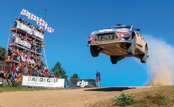 현대자동차 월드랠리팀 경주 차량이 최근 이탈리아 샤르데냐에서 열린 2018 월드랠리챔피언십(WRC) 7차 대회에서 레이스를 펼치고 있다.
