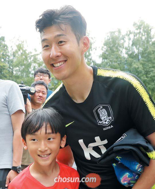 손흥민이 지난 8일 오스트리아 레오강에서 월드컵 대표팀 훈련을 마친 뒤 훈련장 밖에서 기다리던 교민들을 만나 사인해주고 있다.