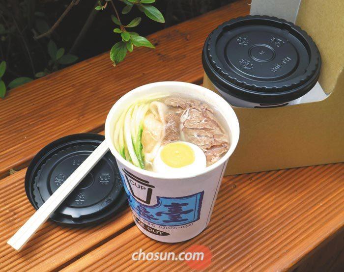 일회용 커피 컵보다 조금 큰 종이 용기에 담아'테이크아웃'할 수 있는 컵냉면.