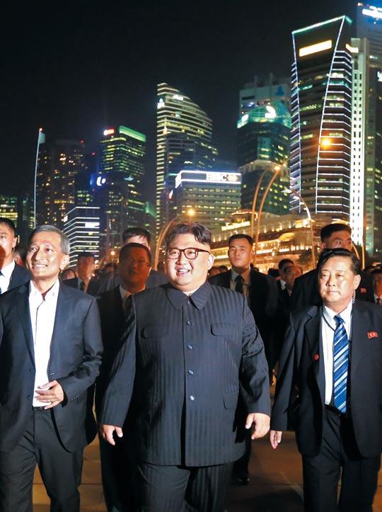 싱가포르 시내를 둘러보는 김정은.