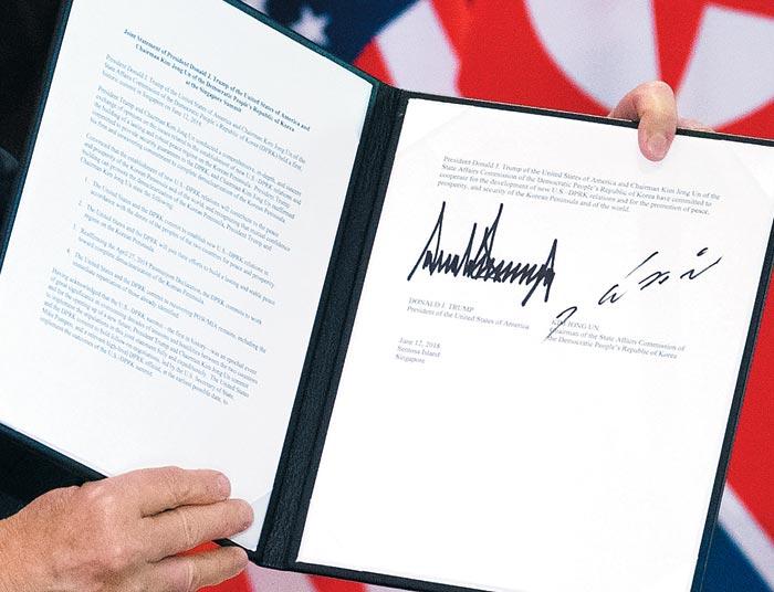 도널드 트럼프 미국 대통령과 김정은 북한 국무위원장이 12일 싱가포르 센토사섬 카펠라호텔에서 미·북 정상회담을 마치고 서명한 공동성명.