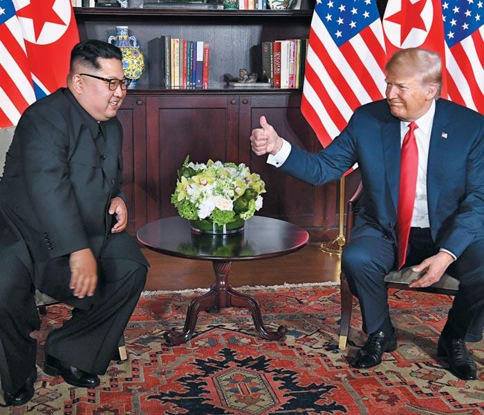 """김정은 북한 국무위원장이 회담 모두 발언에서""""우리는 모든 것을 이겨내고 이 자리까지 왔다""""고 말하자 도널드 트럼프 미국 대통령이 엄지손가락을 치켜들고 있다."""