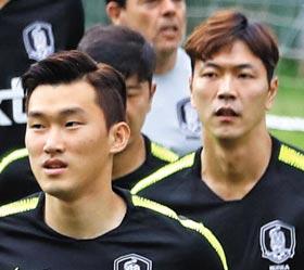 '김장' 콤비가 단단한 독을 깨고 나올 때가 됐다. 한국 대표팀 주전 수비수로 낙점받은 장현수(앞)와 김영권이 훈련 중 조깅하는 모습. 러시아월드컵은 둘 모두에게 명예 회복이 걸려 있다.
